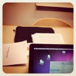 En projektbild med mac och olika dokument